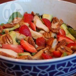 Salade met gegrilde kip, avocado en aardbeien recept