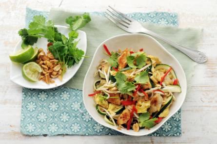 Pad thai met courgettenoedels, kip en pinda's