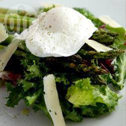 Salade van gegrilde asperges en gepocheerd ei met een citroen ...