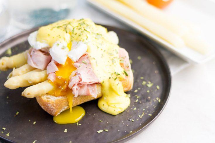 Eggs benedict met witte asperges