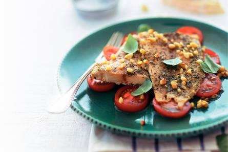 Gegrilde tilapia op tomatensalade