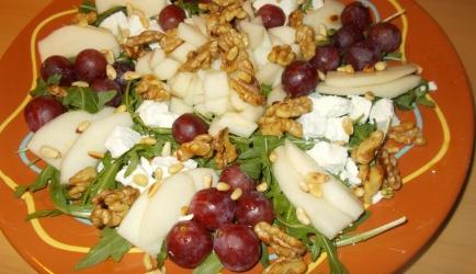 Italiaanse rucolasalade met druiven peer geitenkaas en walnoten ...