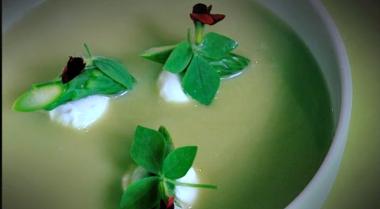 Recept 'aspergesoep met een gepocheerd kwarteleitje'