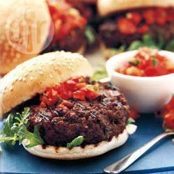 Mediterrane hamburgers met pittige tomatensalsa recept