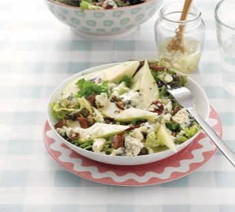 Frisse maaltijdsalade met peer, noten en blauwe kaas recept ...