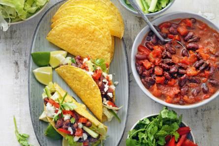 Knapperige taco's met bonenstoof en feta