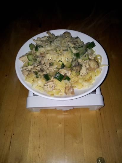 Pasta met kruidige kipfilet, courgette en champignons recept ...