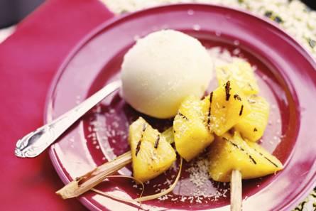 Exotische fruitsalade met sorbetijs