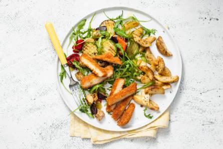 Vegaschnitzel met gebakken aardappel en gegrilde groenten ...