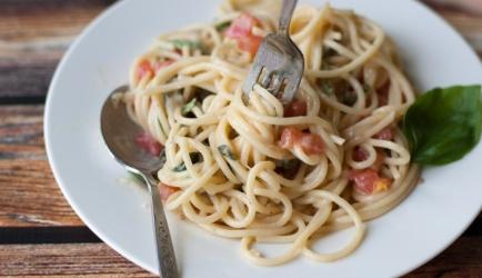 Spaghetti met brie, tomaten, en basilicum recept