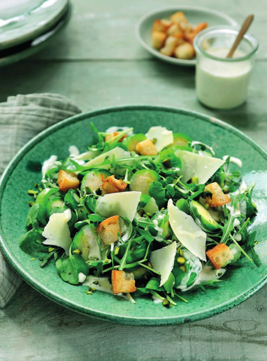 Recept 'caesarsalade met spruitjes en pistachenoten'