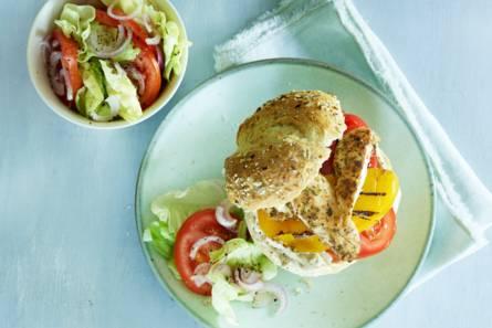 Broodje kip met paprika en hummus