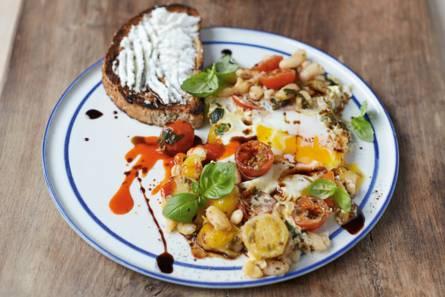 Jamie olivers gebakken eieren met gepofte bonen, tomaatjes ...
