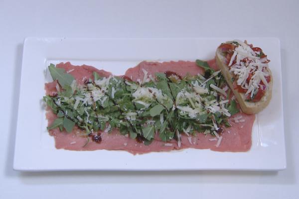 Carpaccio van rundsvlees met rucola, parmezaanse kaas en ...