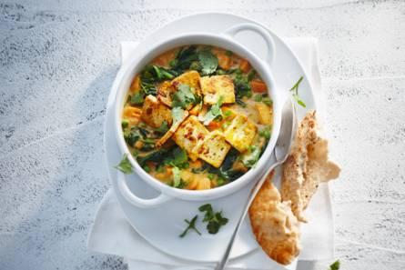 Knapperig gebakken tofu in zoete-aardappelcurry