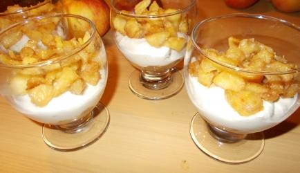 Cheesecake met gekaramelliseerde appeltjes in een glaasje ...