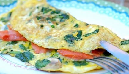 Een makkelijke spinazie-omelet met zalm en champignons recept ...