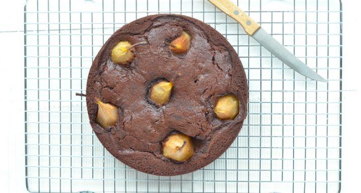 Chocolade perentaart met hele peren