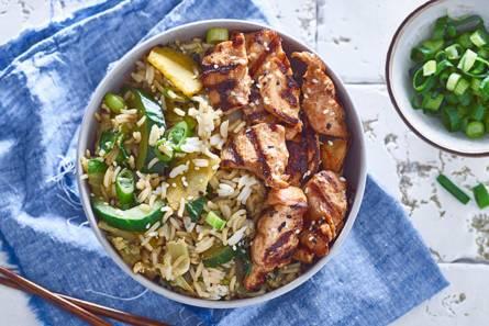 Gebakken sesamrijst met kipsaté en groente uit de wok