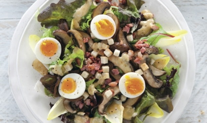 Recept voor salade met portobello, spekjes en ei
