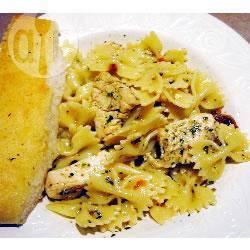 Pasta met kip, zongedroogde tomaten en pesto recept