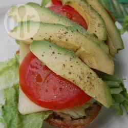 Sandwich met kaas, avocado en tomaat recept