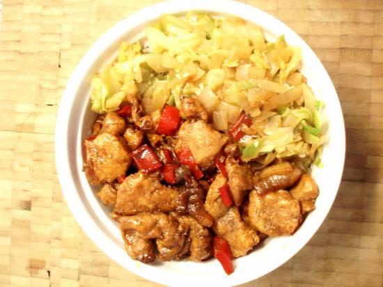 Pittige kip aka-togarashi in zoetzure saus met geblancheerde ...