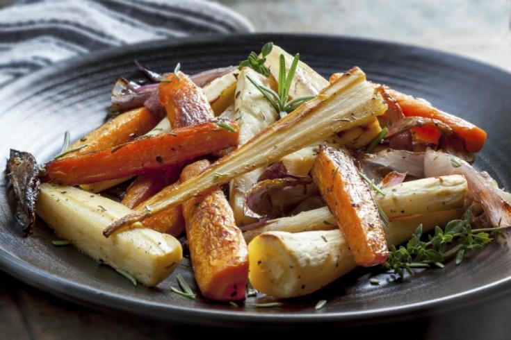 Geroosterde bospeen, pastinaak en zoete aardappel uit de oven ...