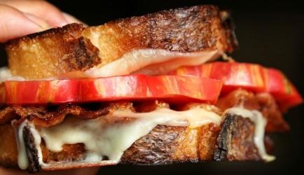 Gegrilde tosti met tomaat, kaas en bacon recept