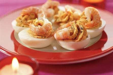 Eieren gevuld met rode pesto en garnalen