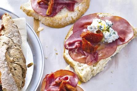 Open sandwich rookvlees-tomaat