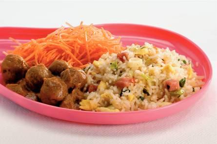 Chinese nasi met gehaktballetjes
