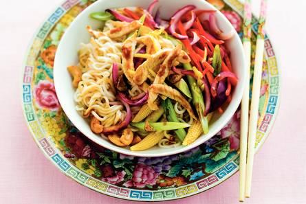 Woknoedels met gember, groente en kip