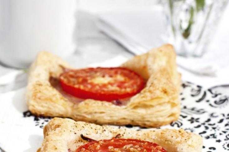 Tomatentaartjes met gekaramelliseerde uien