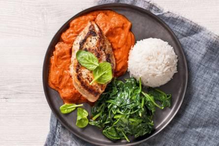 Zachte kip tikka masala met wilde spinazie en rijst