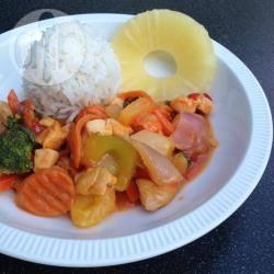 Rijst met kip en roerbakgroenten in zoetzure saus recept
