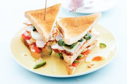 Clubsandwich met ei, kip & avocado