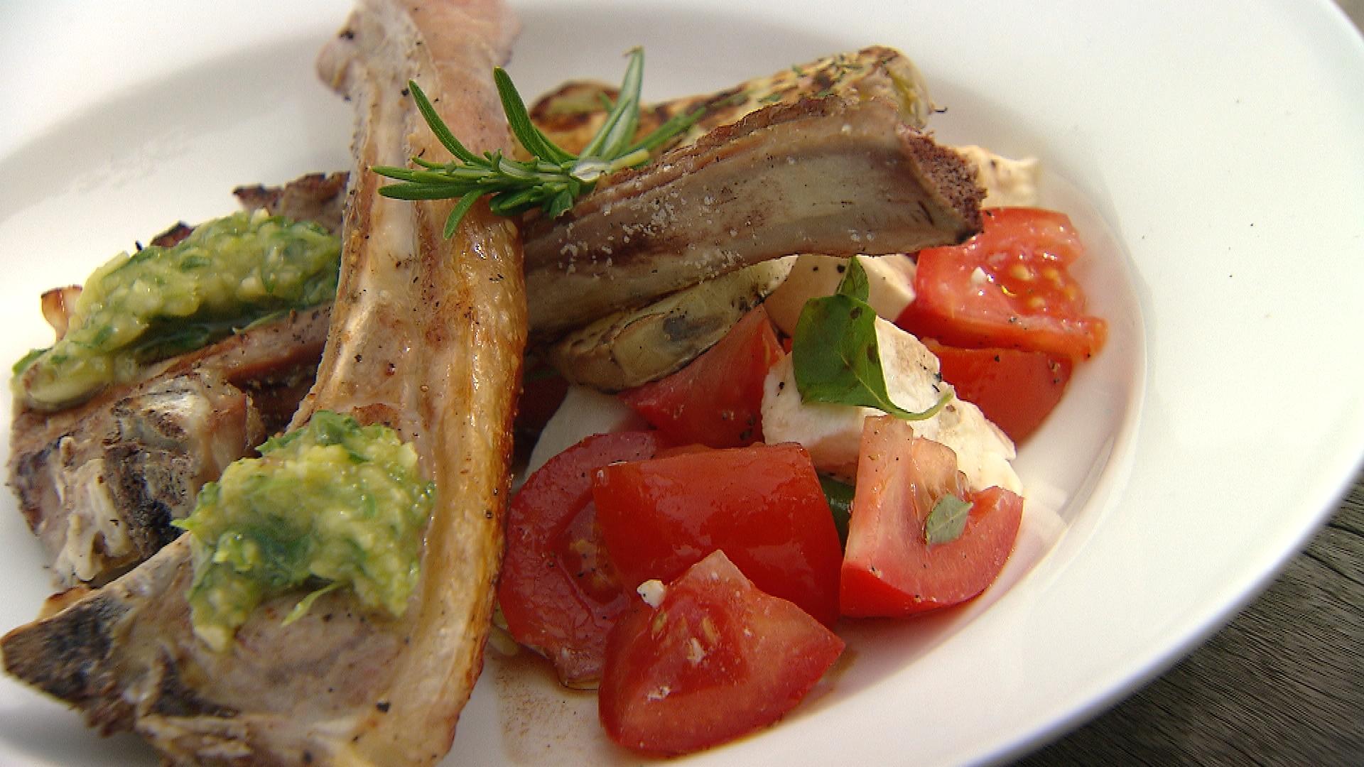 Gegrilde lamskoteletjes met salade caprese en aardappelschijfjes ...