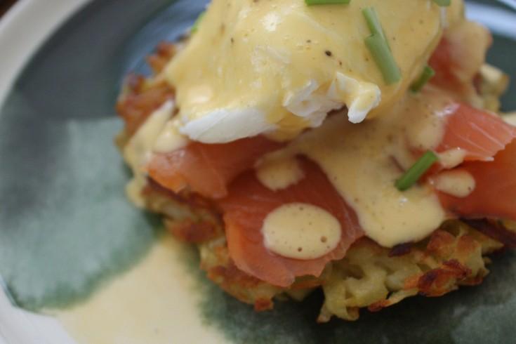 Aardappelrösti met eggs benedict en gerookte zalm