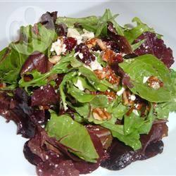 Salade met cranberry, geroosterde pecannoten en een frambozen ...