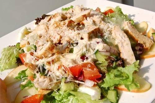 Zomerse salade met gegrilde kip recept