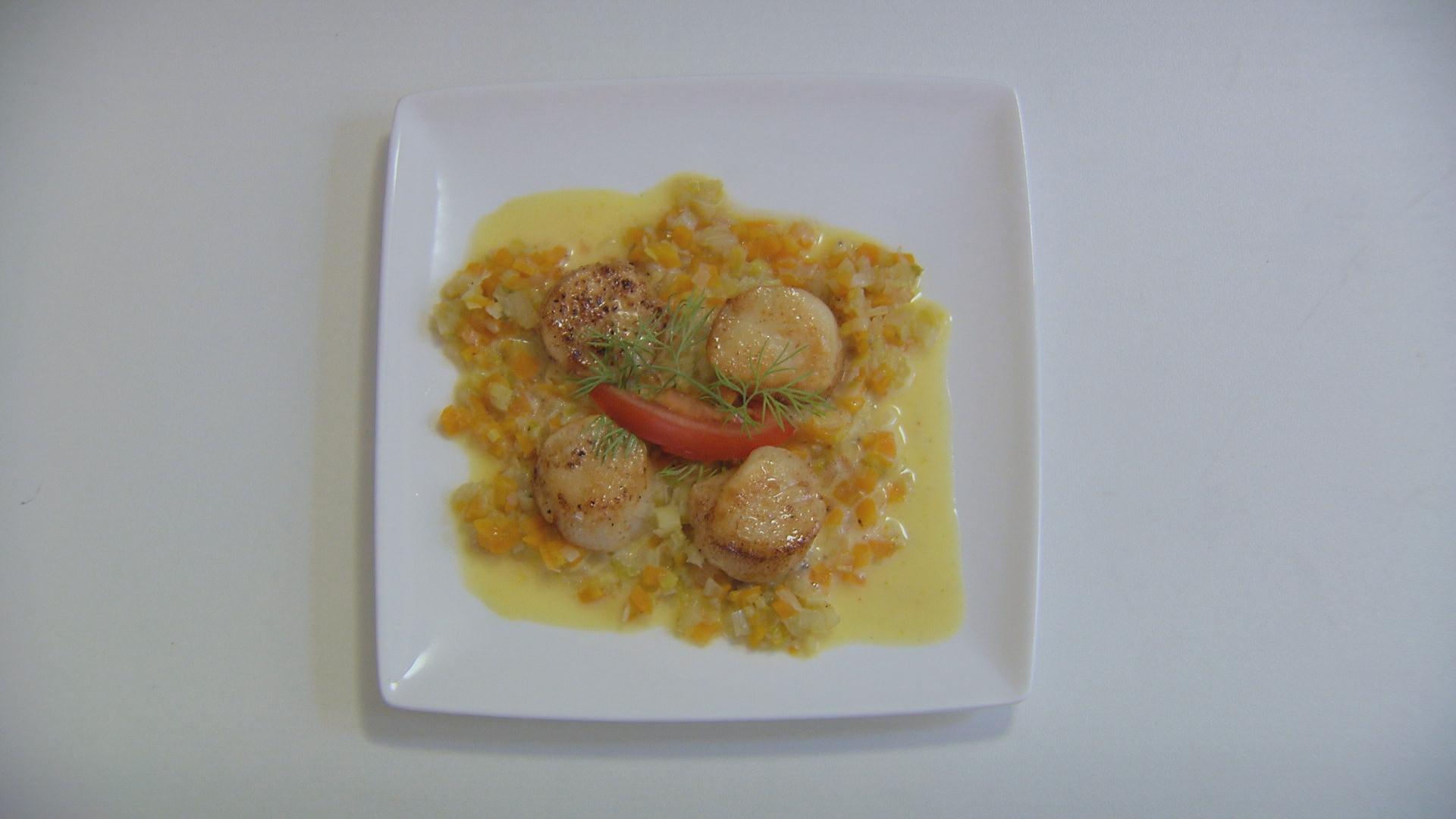 Sint-jacobsnoten met champagnesaus en brunoise van wortel ...