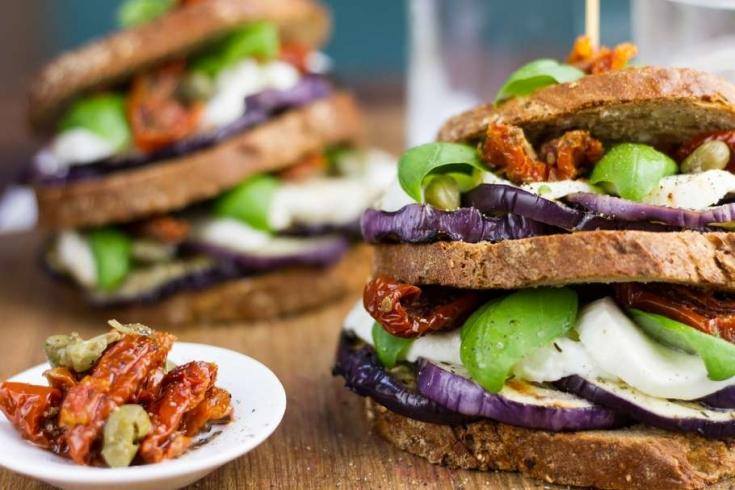 Mediterrane sandwich met aubergine