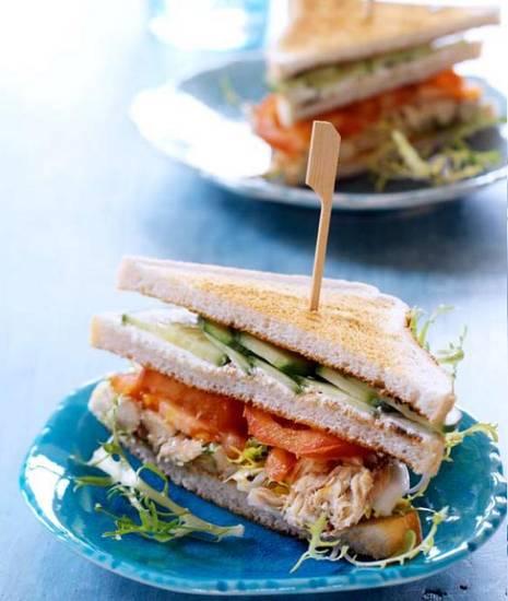 Clubsandwich met makreel en komkommer recept