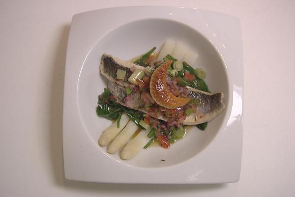 Gebakken zeebaars met asperges, lamsoor en grijze garnalen