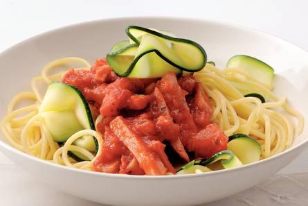 Spaghetti met courgette en tomaten-hamsaus