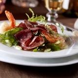 Salade met gebraden ribeye en garnalenbeignets recept ...