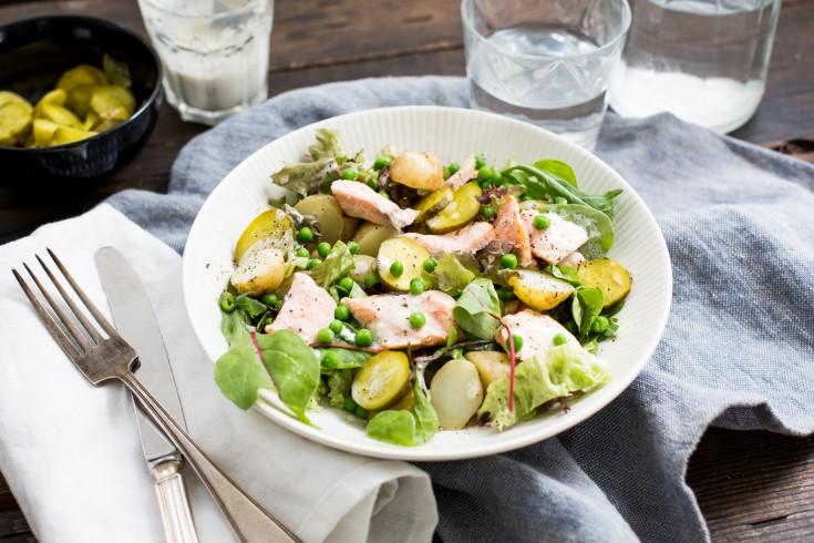 Aardappelsalade met tuinerwten, zalmfilet en yoghurtdressing