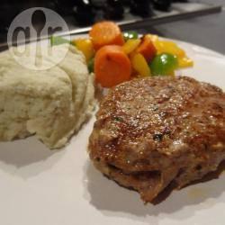 Hamburger met bloemkoolpuree en warme groenten recept ...