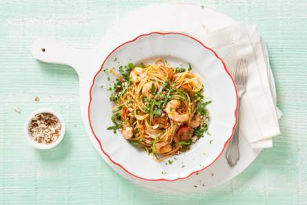 Spaghetti met amandel-tomatenpesto, citroen & garnalen